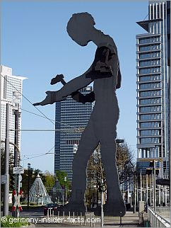 statue of the hammering man in frankfurt