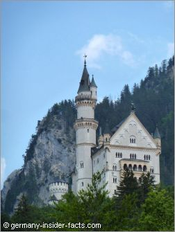 neuschwanstein castle with the alps
