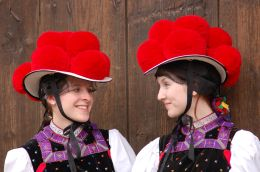 two women wearing the typical bollenhut