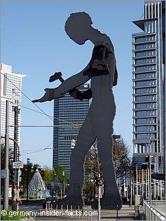 statue of the hammering man in frankfurt